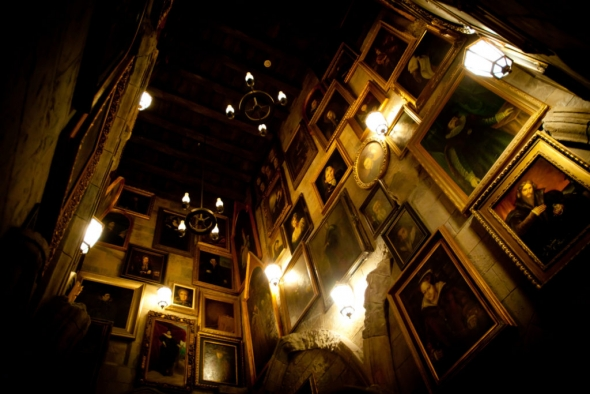 Harry Potter and the Forbidden Journey queue - Portrait hall